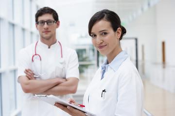 Deutschland, Bayern, Diessen am Ammersee, Zwei junge Ärzte mit Clip Bord und Stethoskop