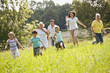 Deutschland, Bayern, Familie, zusammen im Gras, Picknick