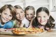 Deutschland, Köln, Mutter und Kinder in der Küche, Lächeln