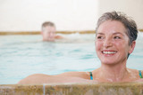 Älteres Paar in Schwimmbad, Lächeln