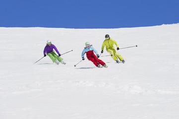 Italien, Trentino-Alto Adige, Südtirol, Bozen, Seiser Alm, Gruppe von Menschen, Skifahren auf verschneiten Landschaft