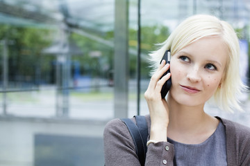 Deutschland, Bayern, München, Junge Frau am Telefon
