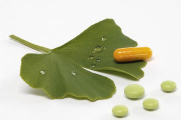 Gingkoblatt und Pillen