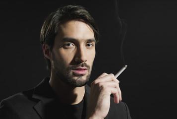 Junger Mann mit Zigarette