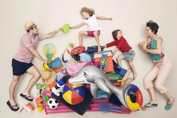Deutschland, Szene mit Familie und Strandspielzeug