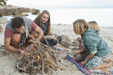 Spanien, Mallorca, Freunde Vorbereitung Lagerfeuer am Strand