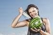Deutschland, Köln, Junge Frau mit Wassermelone