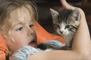 Deutschland, Bayern, Mädchen schaut ihre Katze an
