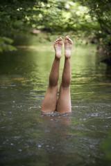 Beine von Teenager-Mädchen in Fluss