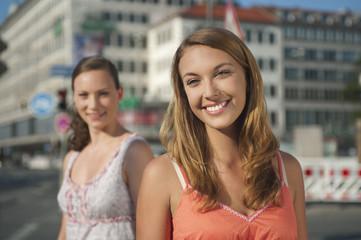 Deutschland, München, Karlsplatz,Junge Frau, wegschauend schauend mit Frau im Hintergrund