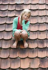 Österreich, Mondsee, Mädchen Transportband, Rollband, Sitzen auf dem Dach