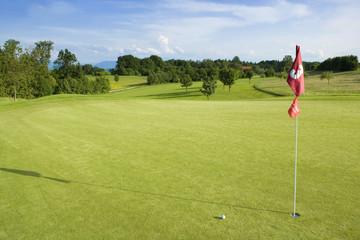 Deutschland, Bayern, Golf grün mit Fahne