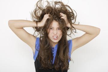 Junge Frau die Haare rauft