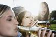 Deutschland, Köln, Frauen trinken Bier