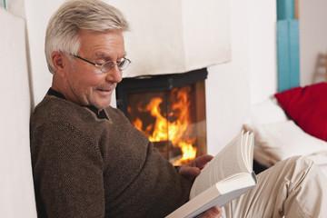 Deutschland, Kratzeburg, erwachsener Mann liest ein Buch