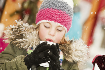 Österreich, Salzburg, Mädchen mit Tasse auf Weihnachtsmarkt