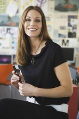 Geschäftsfrau im Büro mit Stift