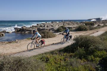 Spanien, Formentera, Erwachsene und Frau Fahrrad fahren