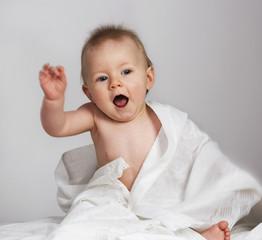 Baby gestikuliert