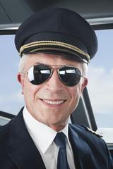 Deutschland, Bayern, München, Pilot trägt Flieger-Sonnebrille in Flugzeug-Cockpit