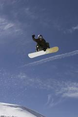 Italien, Matterhorn, Cervinia, Snowboarder springt