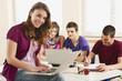 Deutschland, Emmering, Teenager-Mädchen mit Laptop, Studenten mit Laptop im Hintergrund