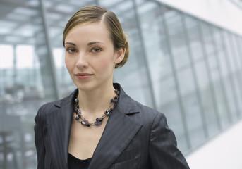 Rumänien, Junge Frau im Büro