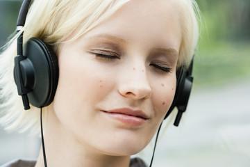 Deutschland, Bayern, München, Junge Frau, Musik hören