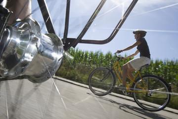 Deutschland, Bayern, Frau Fahrradfahren