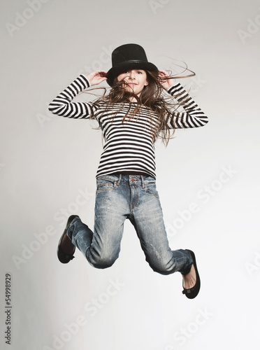 Mädchen mit Hut springt