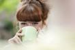 Deutschland, Berlin, Nahaufnahme einer jungen Frau, trinkt Kaffee