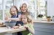 Großmutter und Enkel in der Küche