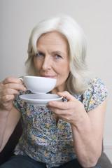 erwachsene Frau, Kaffee trinkend