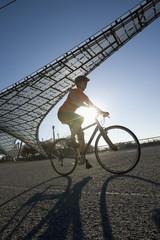 Deutschland, Bayern, München, Frau Fahrrad fahren