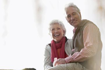 Italien, Südtirol, Älteres Paar Wandern in den Dolomiten, Lächeln