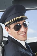 Deutschland, Bayern, München, Pilot trägt Pilotenbrille in Flugzeug-Cockpit, close up