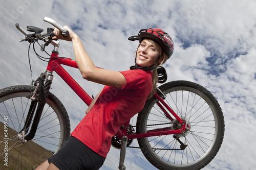 Deutschland, Bayern, Junge Frau mit Mountainbike