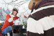 Österreich, Land Salzburg, Flachau, Winter, Junger Mann und Frau trinken heissen Tee