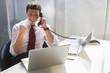 Geschäftsmann im Büro, telefonierend