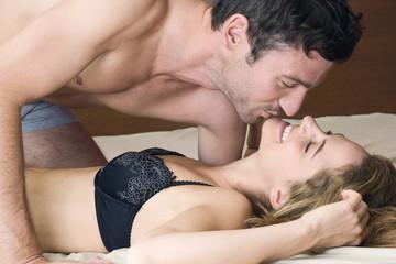 Junges Paar Küssen im Bett