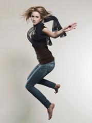 Frau springendd in der Luft