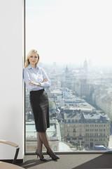 Deutschland, Frankfurt, Geschäftsfrau mit verschränkten Armen