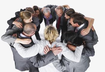 Geschäftsleute umarmen und motivieren sich