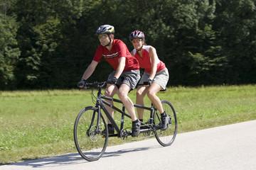 Deutschland, Bayern, Oberland, Paar Mountainbiken auf Tandem