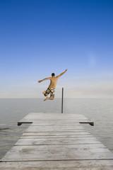 Mann springt in den See, Rückansicht