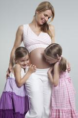 Töchter mit schwangerer Mutter