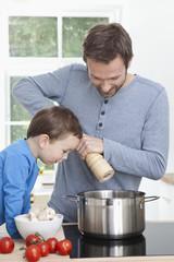 Deutschland, Bayern, München, Vater und Sohn Vorbereitung Mahlzeit in der Küche