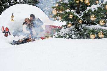 Österreich, Salzburger Land, Paar feiert Weihnachten in der Natur