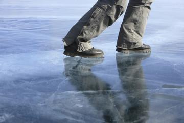 Russland, Baikalsee, Person auf dem zugefrorenen See