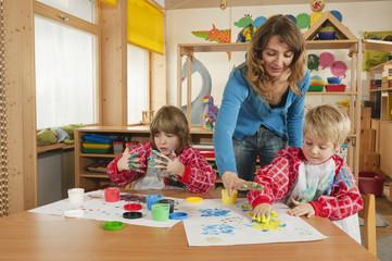 Deutschland, Zwei Jungen,malen mit Fingerfarben